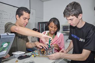 Faculdade de Informática em aula de robótica