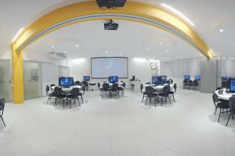Laboratório de Criação de Informática: inspira a criatividade com seu formato diferenciado e o suporte de 38 estações de trabalho de última geração