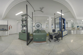 Laboratório de Materiais de Construção Civil: parque de obras completo com suas prensas hidráulicas e ferramentas como betoneiras, balanças, estufa, agitadores de peneiras e argamasseiras