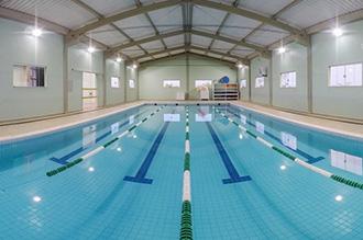Piscina para práticas pedagógicas do campus II - piscina coberta e aquecida para o desenvolvimento de aulas relacionadas à natação e demais atividades aquáticas, como hidroginástica, polo aquático e testes de avaliação física. O local conta com vestiários feminino, masculino e para pessoas com necessidades especiais