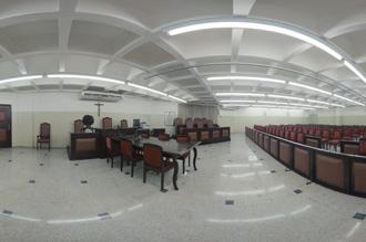 Tribunal do Júri: amplo espaço para audiências, com mesa do juiz presidente, mesa do ministério público e da defesa, púlpito, cadeiras para o conselho de sentença, urna para sorteio dos jurados e auditório para 200 pessoas