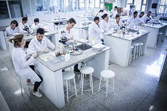 O Laboratório de Análises de Alimentos permite estudos dos alimentos, tais como: suas propriedades físicas, químicas, toxicológicas e ação no organismo, bem como seu valor alimentício e calórico