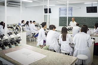 O laboratório de Fitopatologia e Microbiologia destina-se a atividades de pesquisa na diagnose de doenças, estudos de interação planta-patógeno e manejo integrado de doenças