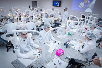 Laboratório de Habilidades Odontológicas 02 e 03: trata-se de um campo de prática moderno, com manequins que reproduzem situações reais da prática clínica e possibilitam o treinamento de habilidades com o paciente simulado