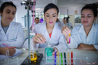 Laboratório de Química 1, 2 e 3: destina-se ao estudo de análises e reações químicas e conta com equipamentos, instrumentos e condições adequadas para oferecer segurança