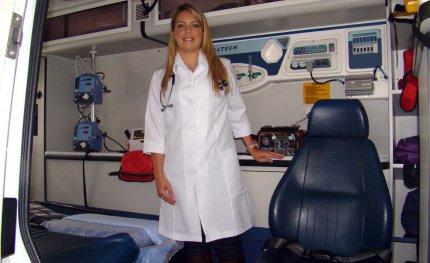 Egressa de Medicina atua na área de emergência na capital
