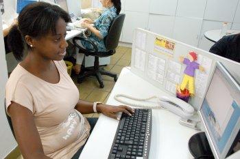 Ex-aluna de Jornalismo atua em redação de jornal