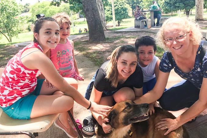 Cão doador de sangue ganha família em feira de animais