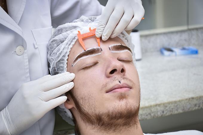 Design de sobrancelhas e depilação são novidades de clínica