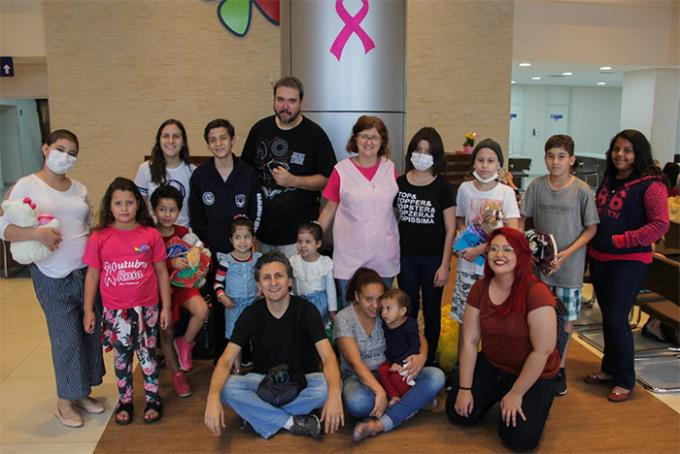 Banda Média7 entrega presentes ao Hospital do Câncer