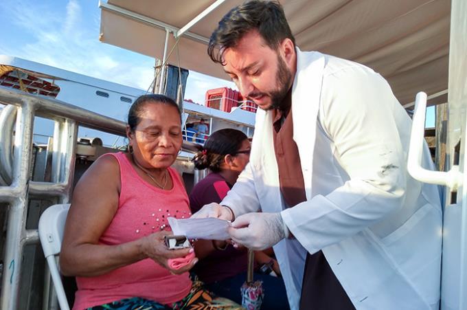 Egresso de Farmácia integra equipe de barco hospital