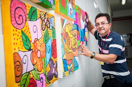 Pedagogia experimenta a arte pop de Romero Brito