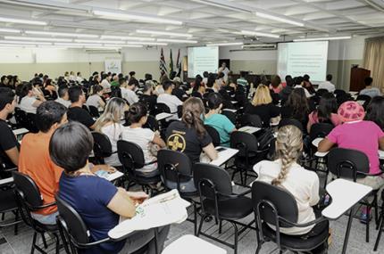 Mesa-redonda debate desafios e tendências da educação